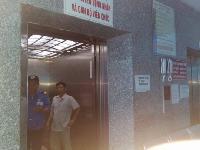 Mẹ con bệnh nhi 26 ngày tuổi bị nhốt 40 phút trong thang máy giữa đêm