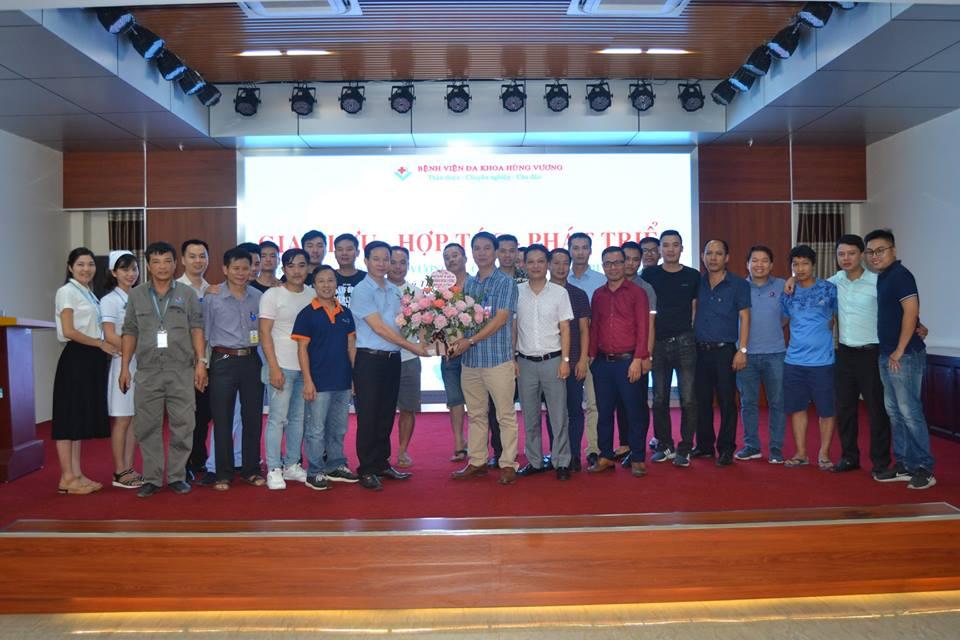 Các thành viên Hội thiết bị y tế Miền Bắc tặng hoa và chụp ảnh lưu niệm cùng lãnh đạo bệnh viện